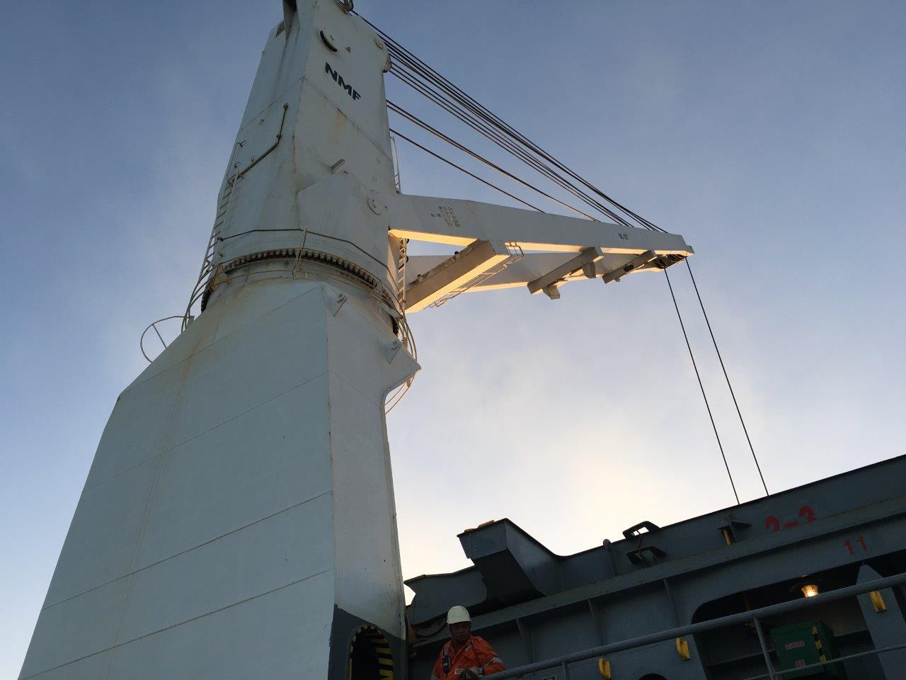 Heavy lift geared vessel